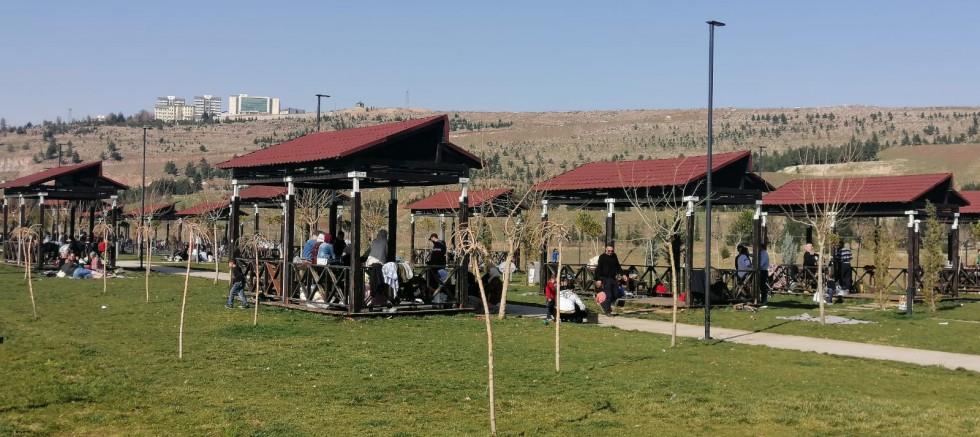 Havaların ısınmasıyla vatandaşlar Büyükşehir Belediye bağlı parklara akın etti.