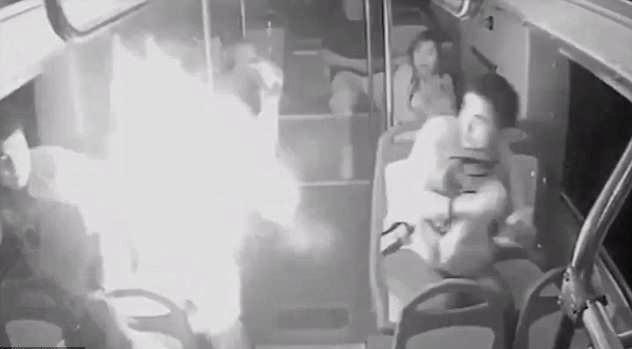 Otobüste Şarj Aleti Patlayan Yolcunun Çantası Bir Anda Alev Topuna Döndü