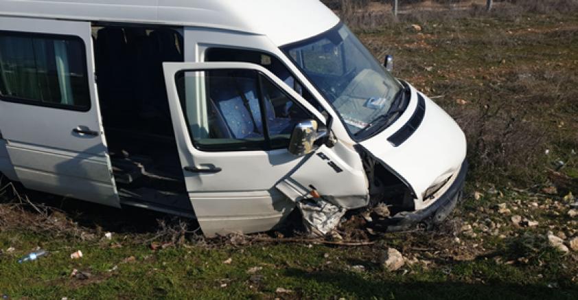 Şanlıurfa-Akçakale yolunda yolcu minbüsü ile otomobil çarpıştı meydana gelen trafik kazasında 5 kişi yaralandı.