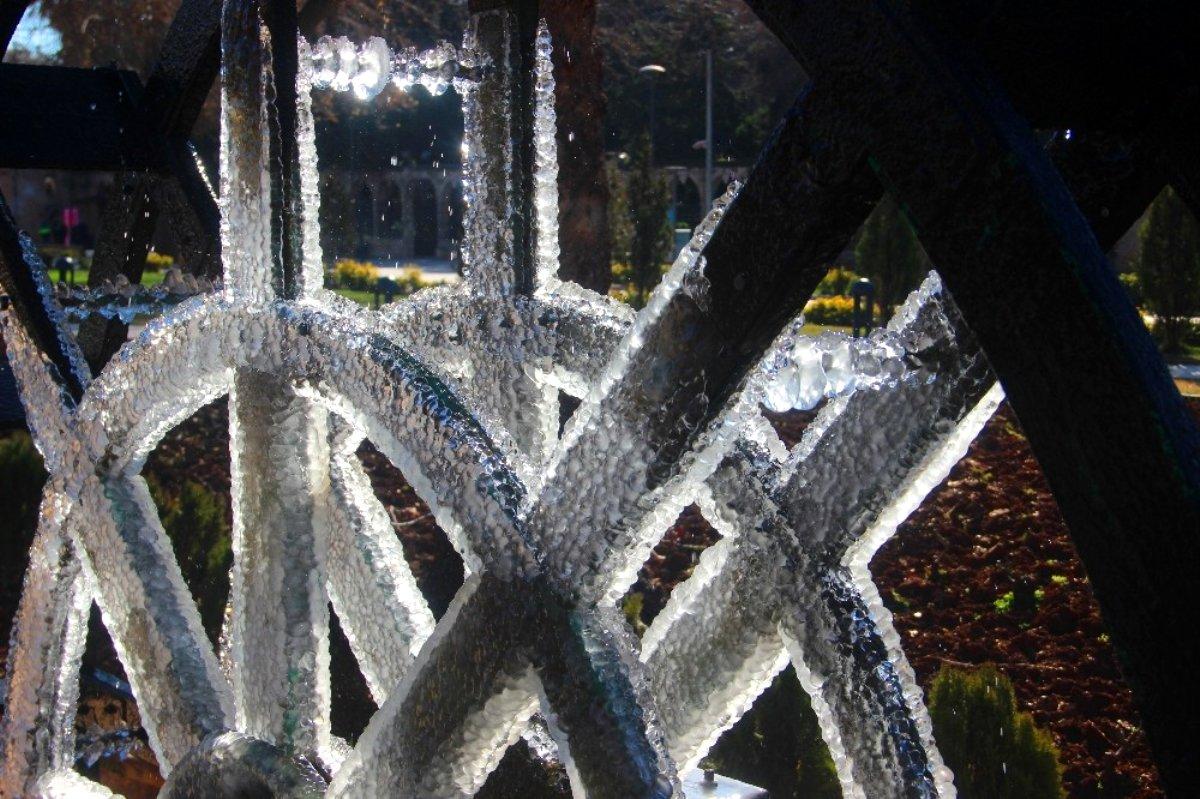 Şanlıurfa eksi dereceyi görünce süs havuzları buz tuttu